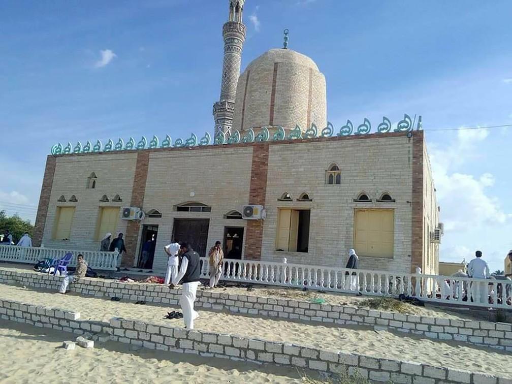 Mesquita alvo de ataque no Sinai, no Egito, nesta sexta-feira (24) (Foto: Stringer/AFP)