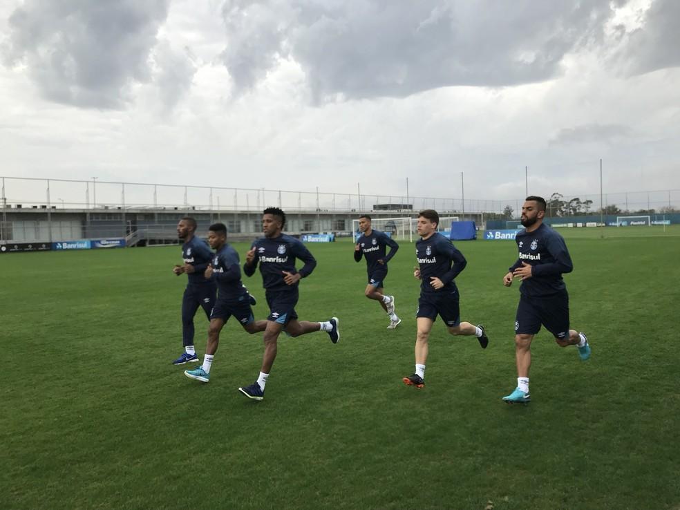 Jogadores do Grêmio correm no CT Luiz Carvalho (Foto: Tomás Hammes/GloboEsporte.com)