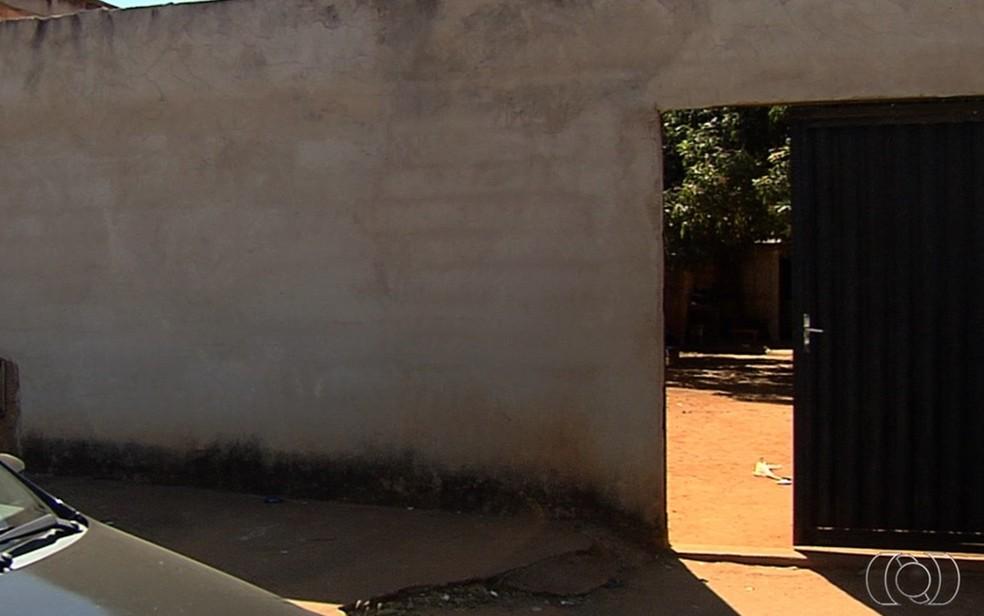Casa onde pai teria arremessado criança contra parede em Aparecida de Goiânia (Foto: TV Anhanguera/Reprodução)