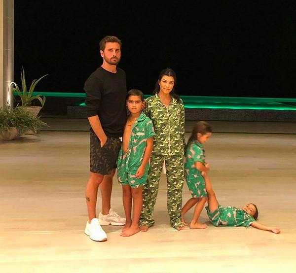 A socialite Koutney Kardashian com o ex-marido e os filhos (Foto: Instagram)