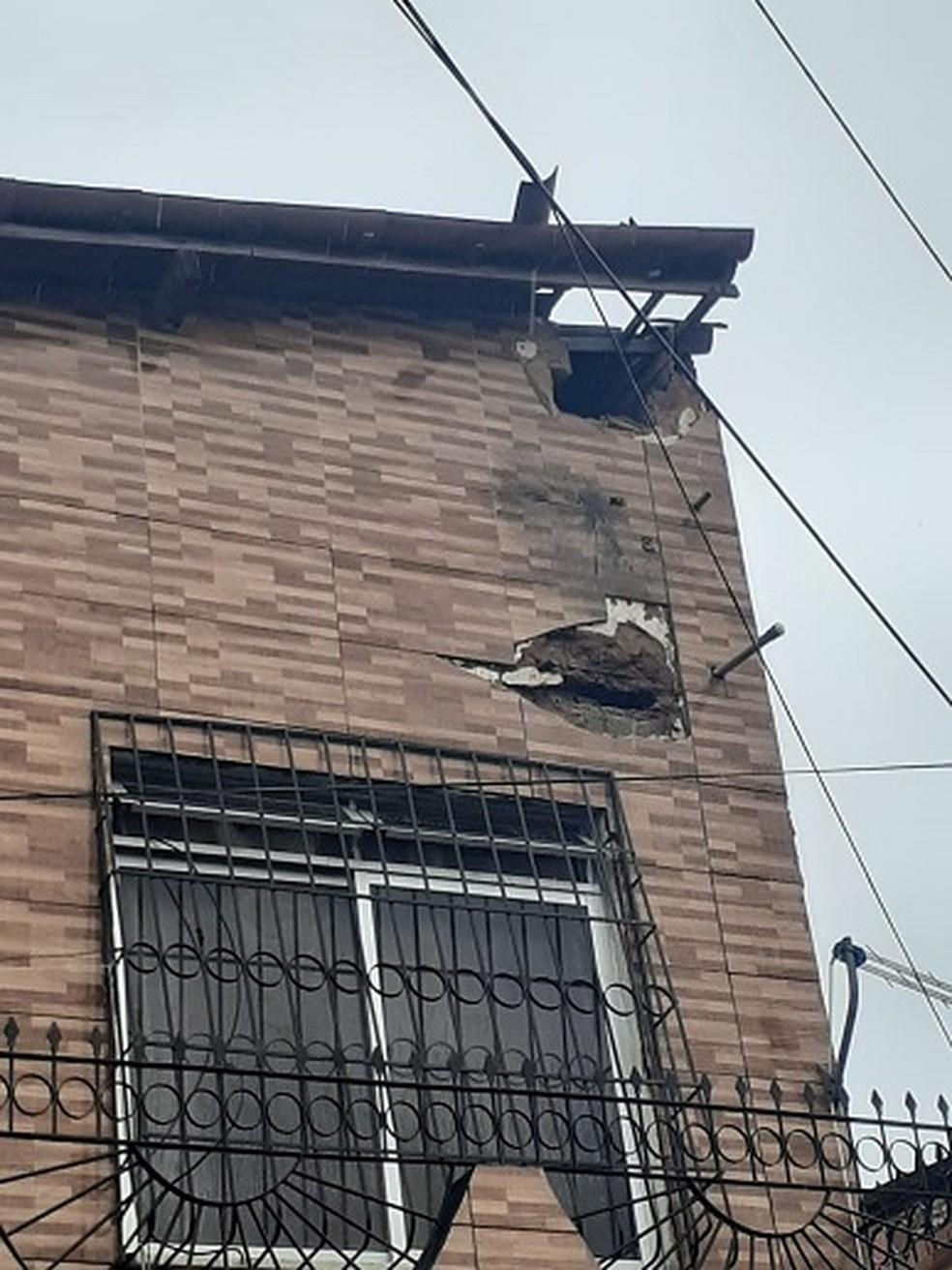 Residência no Bairro Vila Velha 2 ficou com buracos no forro do teto e na parede após ser atingida por um raio durante chuva em Fortaleza. — Foto: Arquivo pessoal