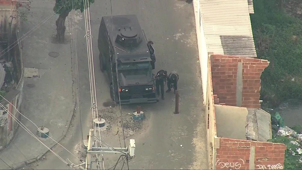 Barricada de trilhos e concreto impede passagem de veículo blindado da PM — Foto: Reprodução/TV Globo