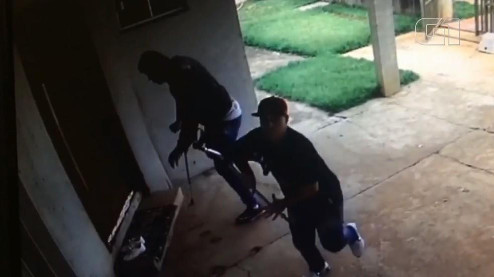 Homem usando muletas participa de furto a casa em Mandaguari — Foto: Reprodução