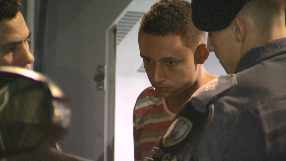 João Vitor Souza Rosário, conhecido como Grilo, de 19 anos, foi preso no Bairro da Penha — Foto: Reprodução/TV Gazeta