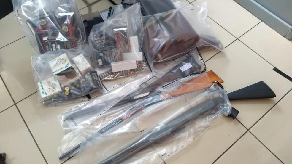 Armas foram apreendidas em casa de condomínio atingida por explosão em Limeira — Foto: Elizandra Carelli/EPTV