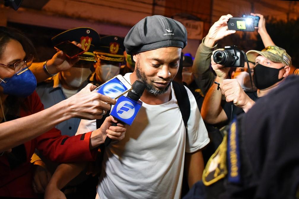 Ronaldinho em abril, quando já estava preso há um mês no Paraguai: retorno ao Brasil está próximo — Foto: Norberto Duarte/AFP
