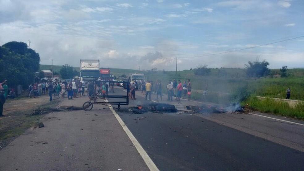 Manifestantes bloquearam a BR-101, na altura do quilômetro 30, em Igarassu, na Região Metropolitana do Recife, nesta quarta-feira (2) (Foto: PRF/Divulgação)