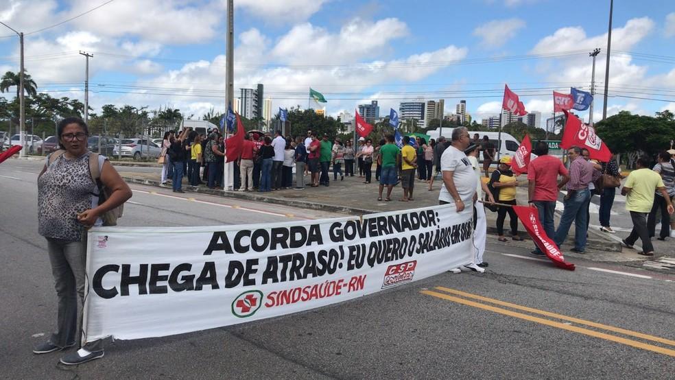 Servidores do RN fizeram protesto na entrada do Centro Administrativo nesta quarta (4) (Foto: Clayton Carvalho/Inter TV Cabugi)