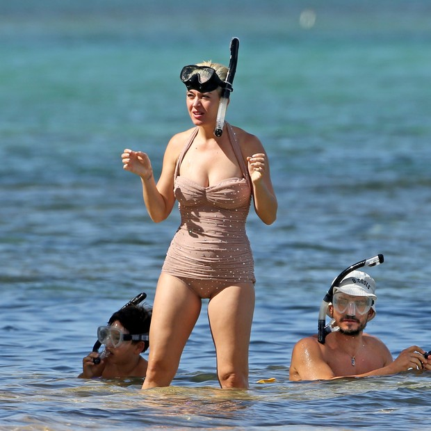Photo © 2018 Splash News/The Grosby Group241218EXCLUSIVEKaty Perry and Orlando Bloom go snorkeling in Hawaii over the Christmas break. Katy looked great in a pale pink rhinestone one-piece swim suit while Orlando swam around her feet in the warm oce (Foto: Splash News/The Grosby Group)