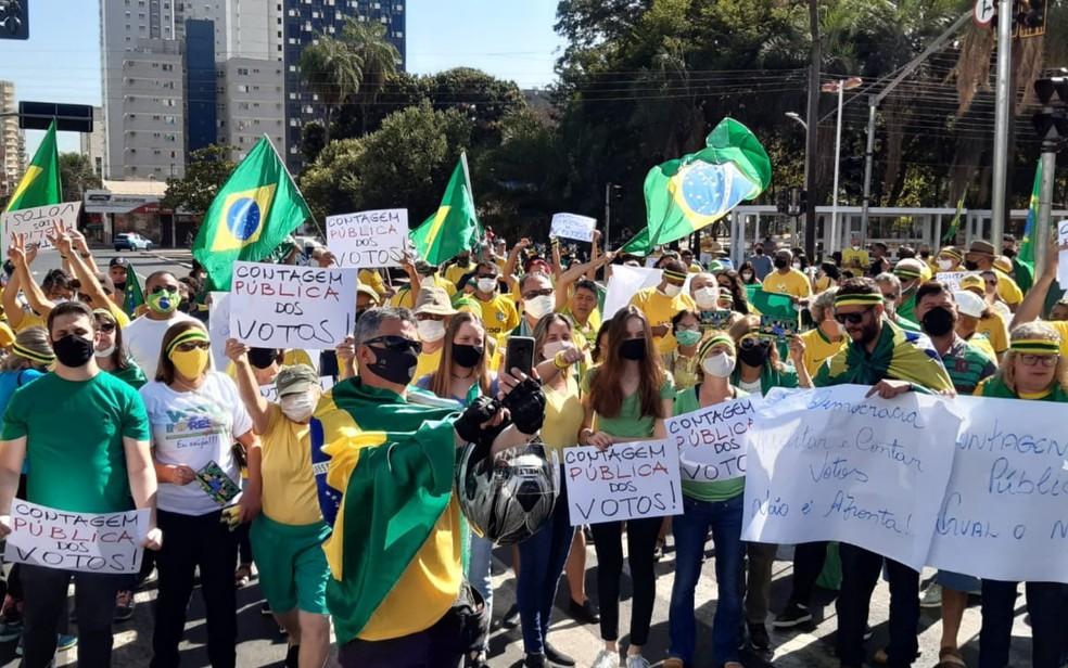 Manifestantes durante protesto em defesa do presidente Jair Bolsonaro, neste domingo (1º), em Goiânia, Goiás — Foto: Iron Júnior/TV Anhanguera