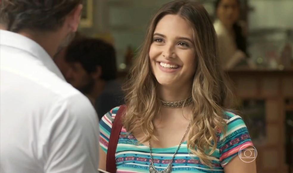 Cassandra (Juliana Paiva) enrola Henri Castelli para fazer surpresa, na novela 'Totalmente Demais' — Foto: Globo