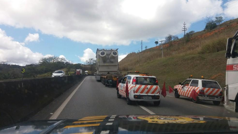 Carreta com carga especial na Via Dutra, em Volta Redonda — Foto: Divulgação/PRF