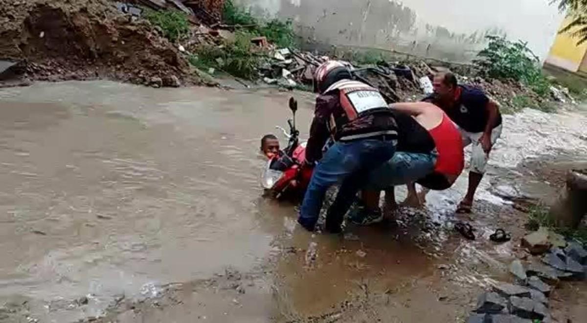 Motociclista cai dentro de buraco em rua de Caruaru; veja vídeo