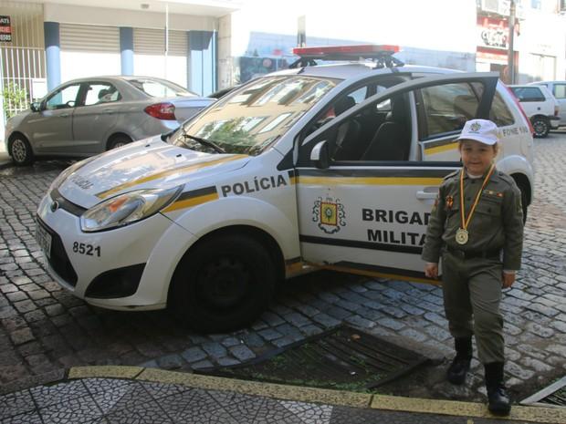 Soldado Rafaella Trindade, farda, Brigada Militar, autismo, autista, QG, viatura (Foto: Igor Grossmann/G1)