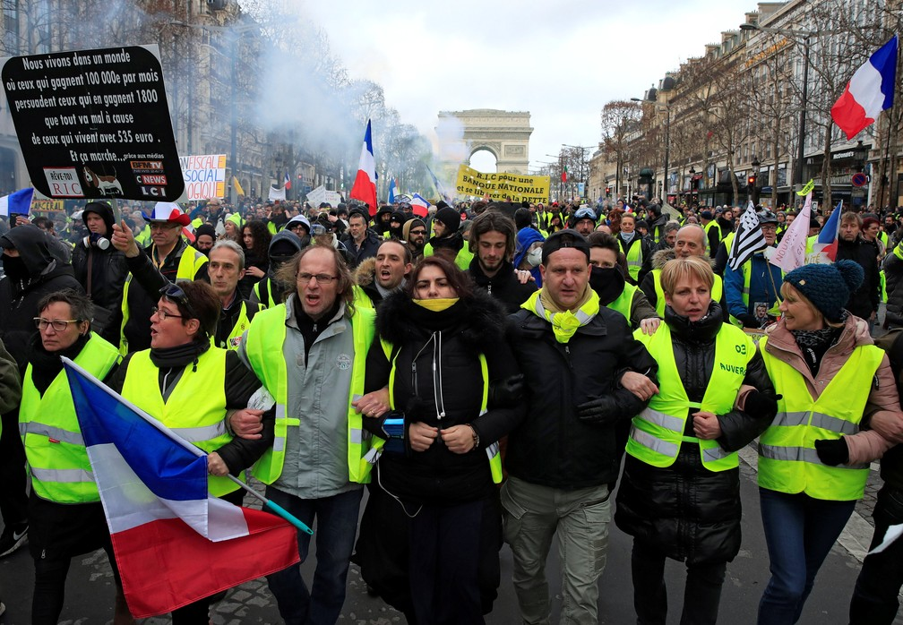"""Movimento dos """"coletes amarelos"""" faz protesto em Paris no 13º sábado seguido de manifestações — Foto: Gonzalo Fuentes/Reuters"""
