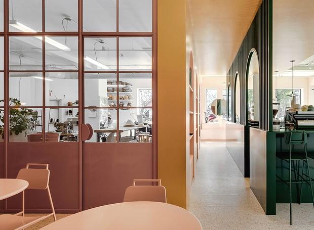 O color blocking entre rosa e verde dá o charme ao local (Foto: Félix Michaud/ Reprodução)