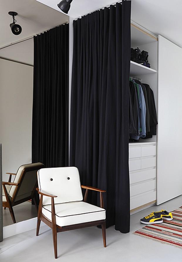 O espaço do closet se separa do quarto apenas por uma cortina de sarja – solução econômica sugerida pela arquiteta Luciana Penna (Foto: Evelyn Müller/Editora Globo)