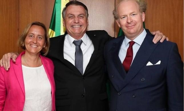 Jair Bolsonaro abraça a deputada alemã Beatrix von Storch e seu marido Sven von Storch