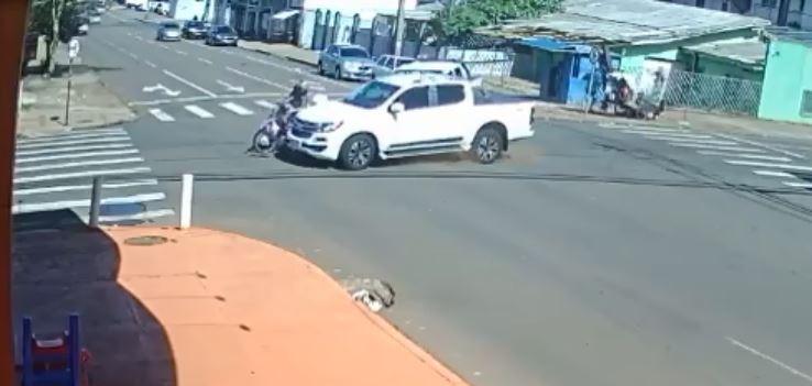 Motociclista fica ferida após ser atingida por caminhonete em cruzamento de Cascavel; VÍDEO