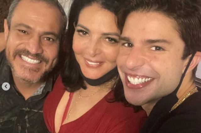 Diego Montez com a mãe e o novo namorado dela (Foto: Reprodução Instagram)