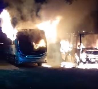 Incêndio destrói dois ônibus em estacionamento em Santa Branca