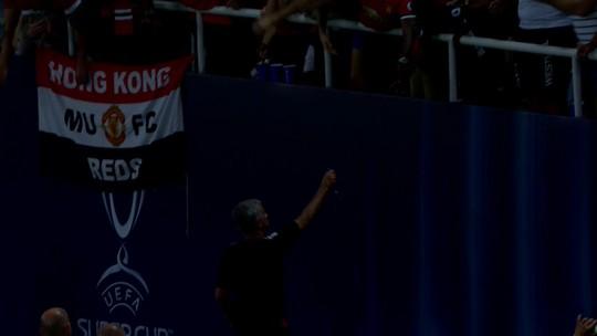 """Mourinho dá medalha e diz: """"Não fico com ela quando ganho, imagine quando perco"""""""