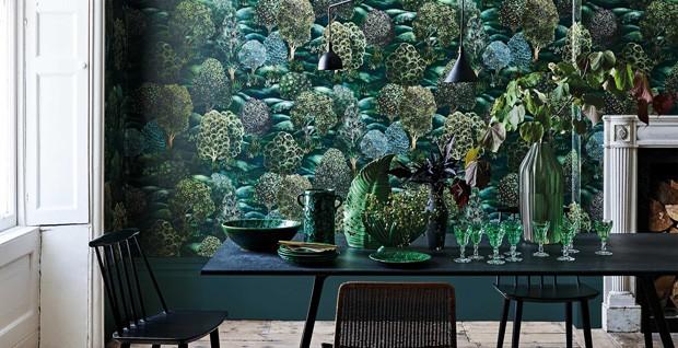 Décor do dia: sala de jantar decorada com papel de parede florestal (Foto: Cole & Son/Divulgação)