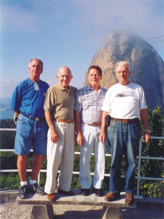 Reprodução da foto dos intrépidos montanhistas anos depois (Foto: Acervo de Tadeusz Hollup via BBC News Brasil)