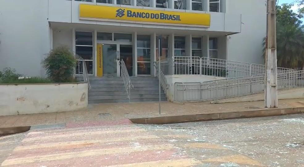 De acordo com o comandante do 7° BPM, a sede da agência bancária continua isolada para os trabalhos da pericia  (Foto: TV Integração/Reprodução)