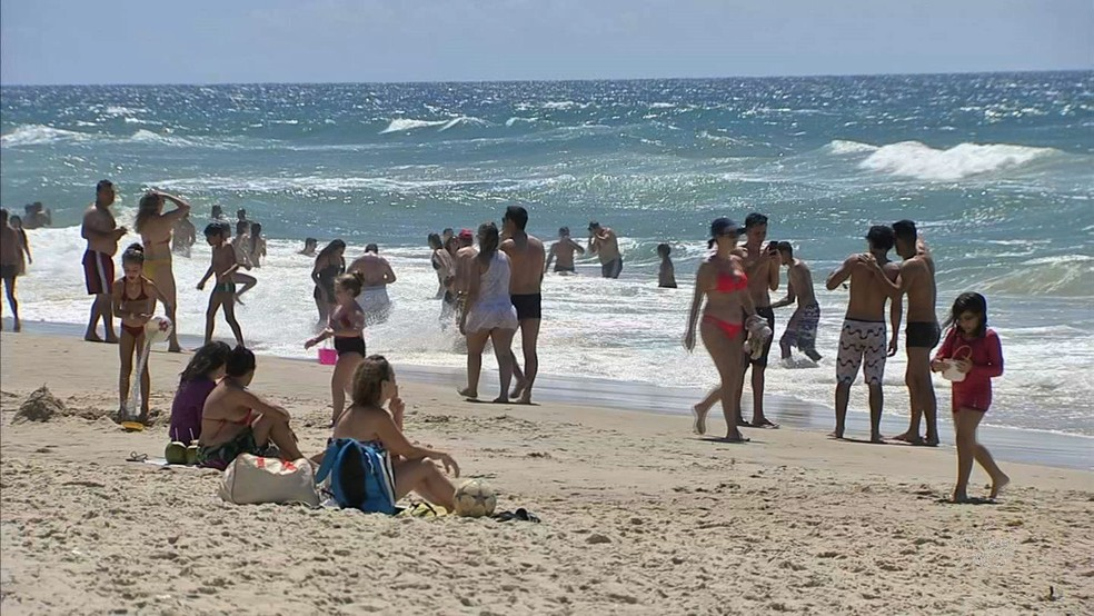 Banhistas na Praia de Iracema, em Fortaleza (Foto: TV Verdes Mares/Reprodução)