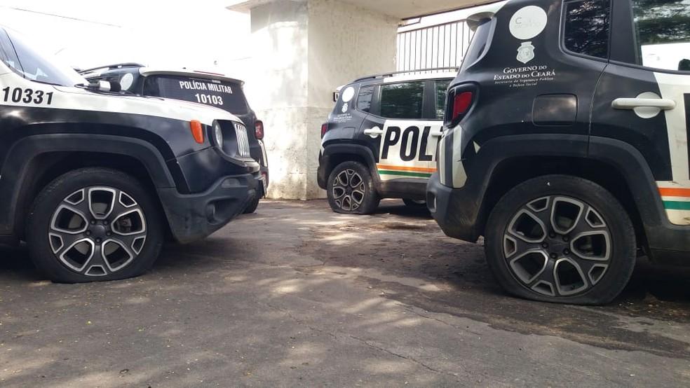 Pneus de carros da polícia foram furados durante protestos no Ceará — Foto: Wandenberg Belém/SVM