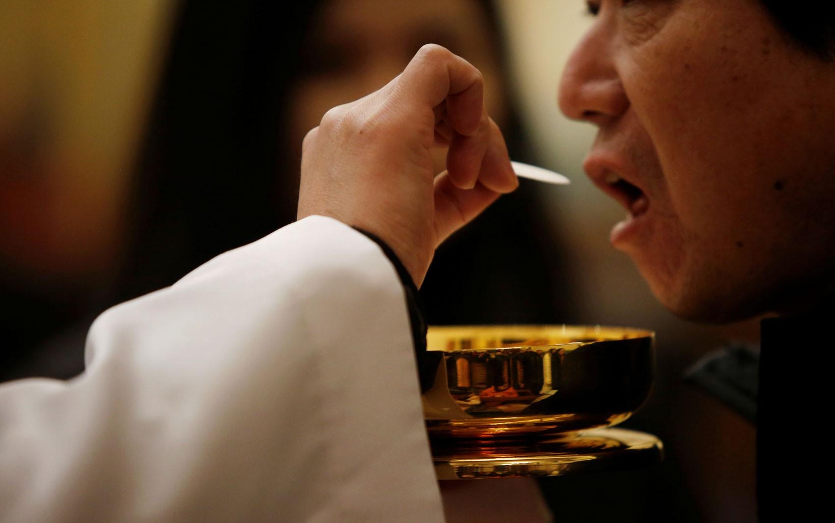 Padres darão comunhão só na mão dos fiéis em Jerusalém por medo do coronavírus