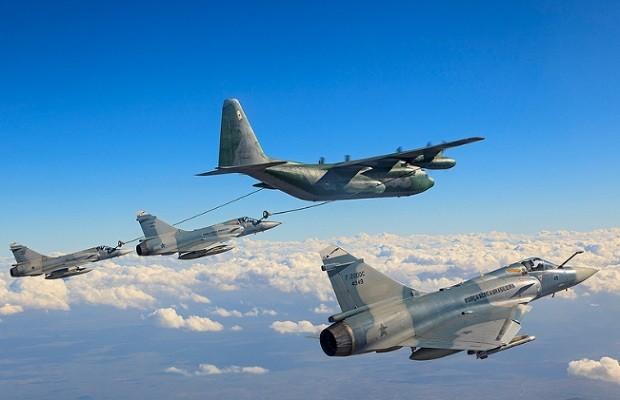Esta foto de reabastecimento em voo foi feita durante a última missão operacional do Mirage 2000 no 1º Grupo de Defesa Aérea em 13 de novembro de 2013 (CRUZEX) (Foto: Sgt Johnson/Força Aérea Brasileira/Acerco Iconográfico do CENDOC/Flickr Força Aérea Brasileira)