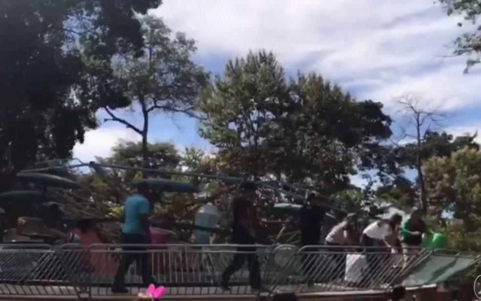 Frequentadores do Parque Mutirama ficaram em pânico após acidente em Goiânia (Foto: Reprodução/TV Anhanguera)