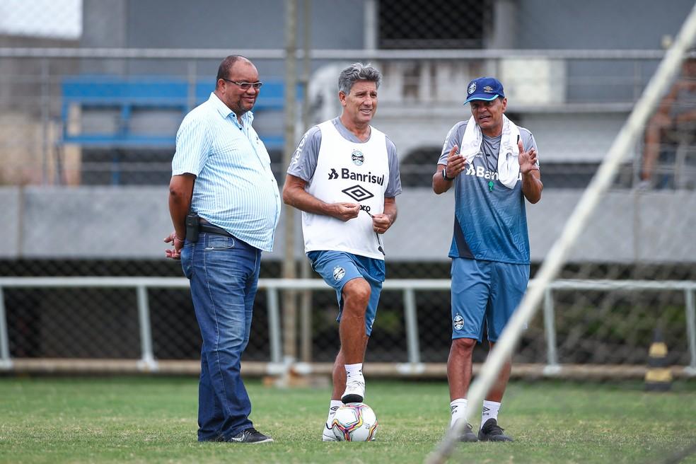 Renato Gaúcho conversa com o segurança Fernandão e o auxiliar Alexandre Mendes — Foto: Lucas Uebel / Grêmio FBPA