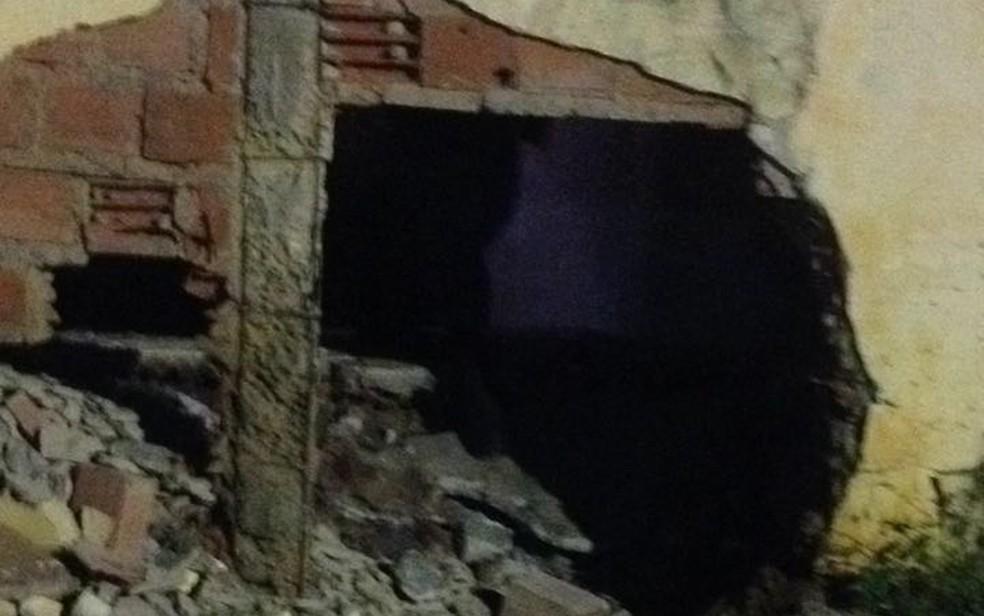 Fuga de detentos em Pedrinhas ocorreu após explosão do muro da penitenciária (Foto: Élbio Carvalho/TV Mirante)