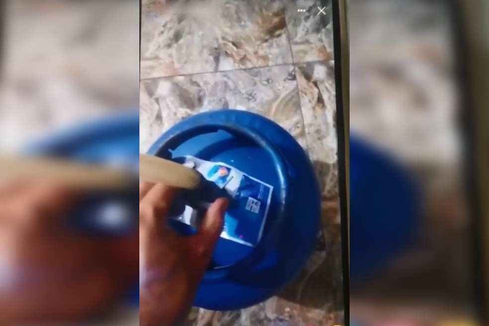 Imagem enviada à esposa mostra homem abrindo botijões de gás em Fartura; casa explodiu e policiais ficaram feridos — Foto: Arquivo Pessoal