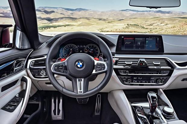 Botões vermelhos no painel selecionam os modos de condução do M5 (Foto: Divulgação)