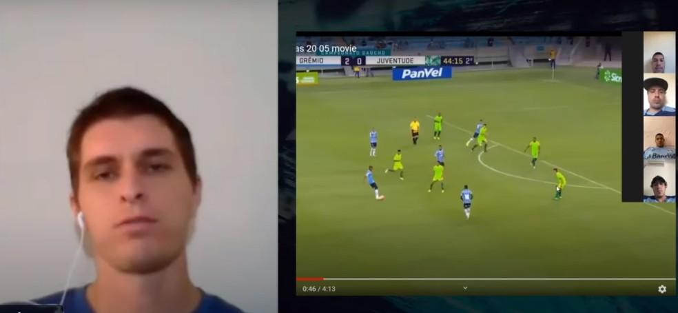 Técnico Thiago Gomes mostra lances do time principal a jovens da transição — Foto: Reprodução / Grêmio TV