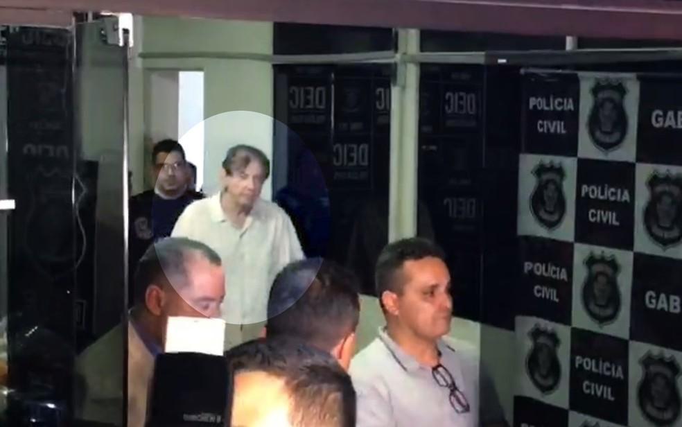 João de Deus, no momento em que deixa a delegacia após prestar depoimento, em Goiânia — Foto: Vitor Santana/G1