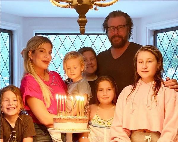A atriz Tori Spelling com o marido e os cinco filhos (Foto: Instagram)