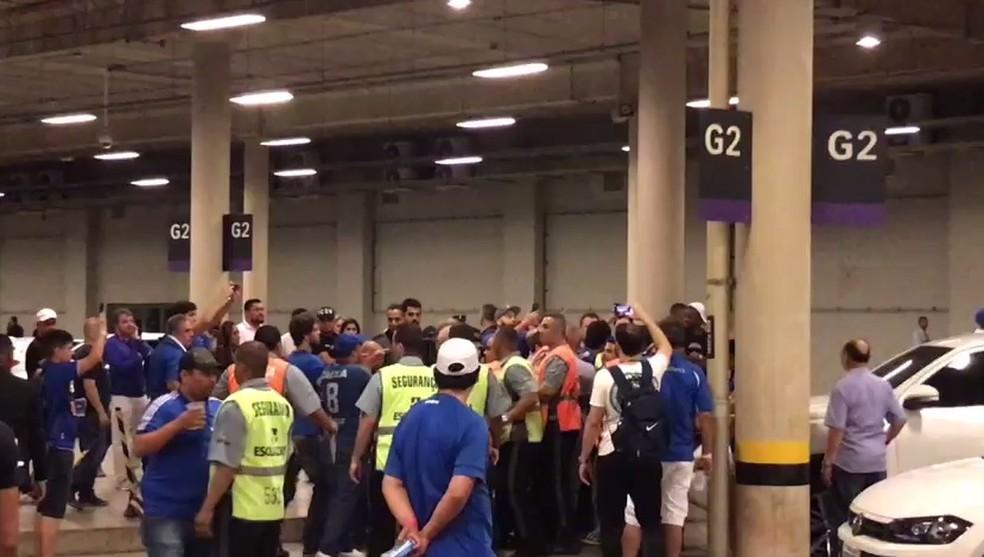 Confusão na saída de torcedores do Cruzeiro no MIneirão — Foto: Reprodução