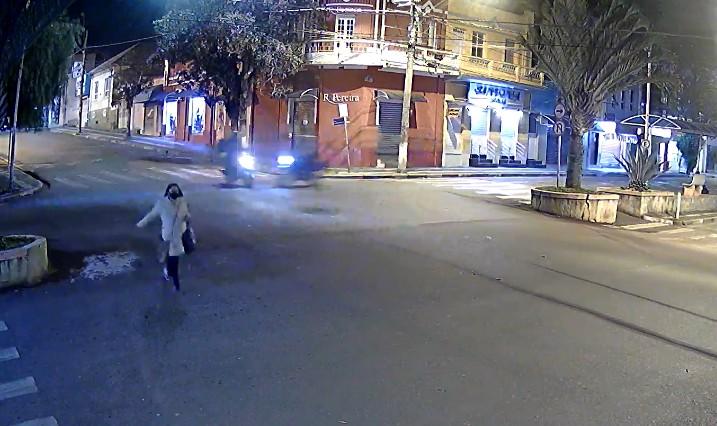 Câmera de segurança flagra acidente entre duas motos em cruzamento de Mairinque; vídeo