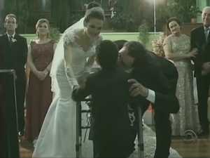 Eduarda e Antonio se emocionaram com a entrada de Davi na cerimônia (Foto: Reprodução/RBSTV)
