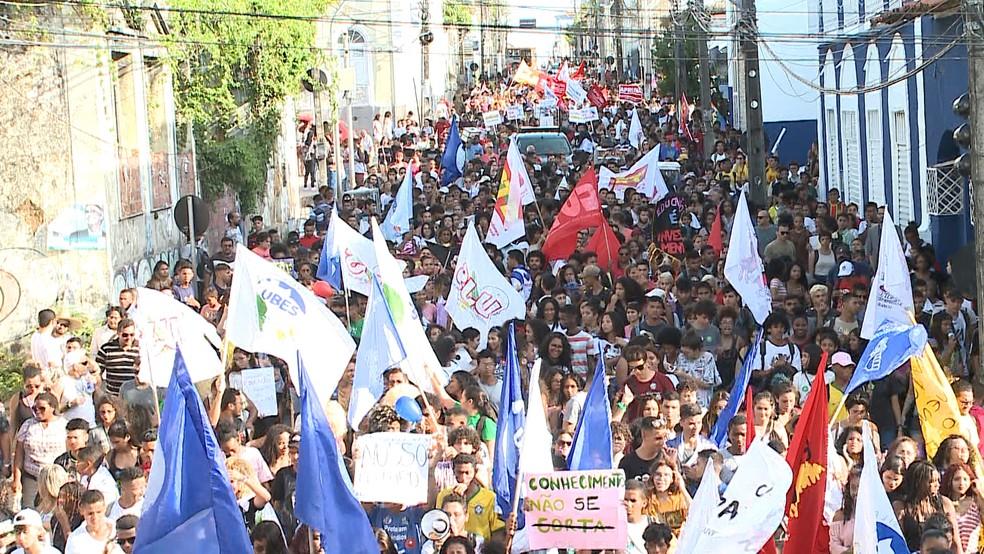 16h30 - Manifestantes fazem ato em defesa da Educação e contra a reforma da Previdência na Rua Rio Branco no Centro de São Luís (MA) — Foto: Luís Alfredo/TV Mirante