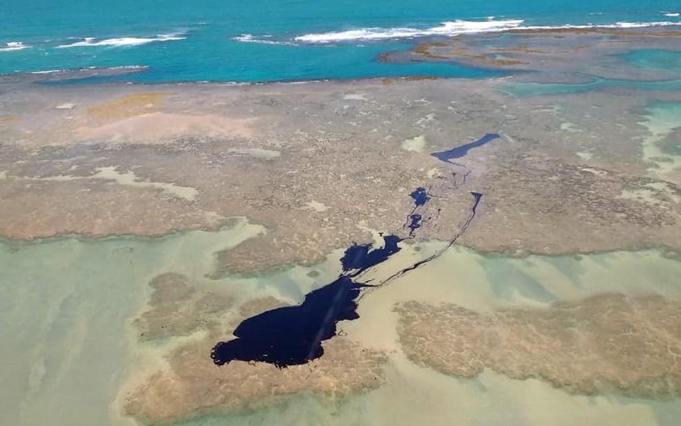 Mancha de petróleo pesado aparece na superfície apenas quando está mais próxima da costa  — Foto: Reprodução/TV Globo