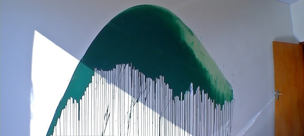 Tinta verde foi jogada em uma das paredes da unidade — Foto: TVCA/Reprodução