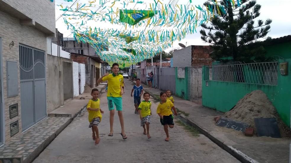 Crianças brincam em ruas enfeitadas para a Copa do Mundo de 2018, em Natal (Foto: Oscar Xavier/Inter TV Cabugi)