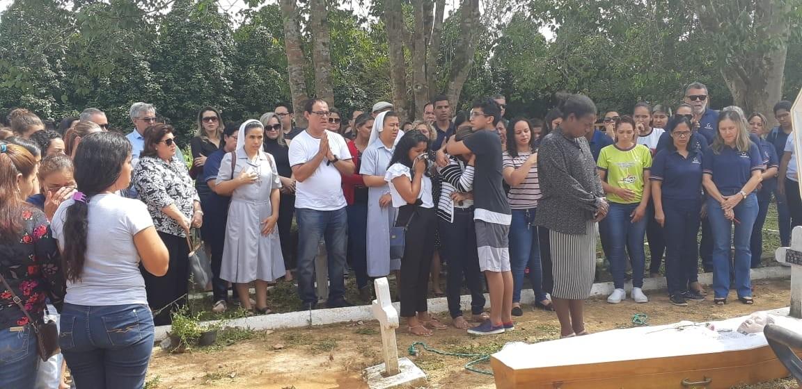 Corpo de professora morta pelo ex-marido é enterrado sob forte comoção, em RO - Noticias