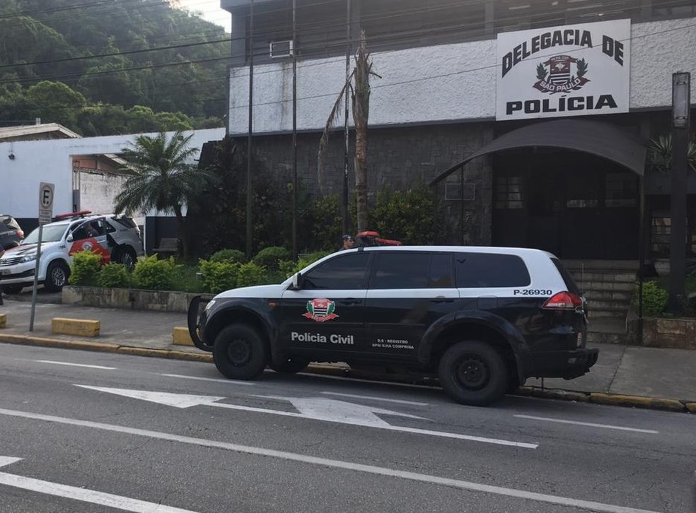 Policial levaram presos em operação para delegacia sede de Guarujá (SP) — Foto: Solange Freitas/G1